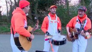 On les appelle les Brailleurs de Tubes Populaires. Dans l'agglomération de Fécamp (Seine-Maritime), un groupe de musiciensa décidé de chanter dans la rue, aux pieds des maisons. (France 3)