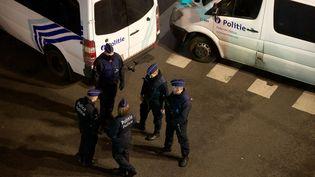 Des policiers belges à Bruxelles (Belgique) le 20 décembre 2015. (NICOLAS MAETERLINCK / BELGA MAG / AFP)