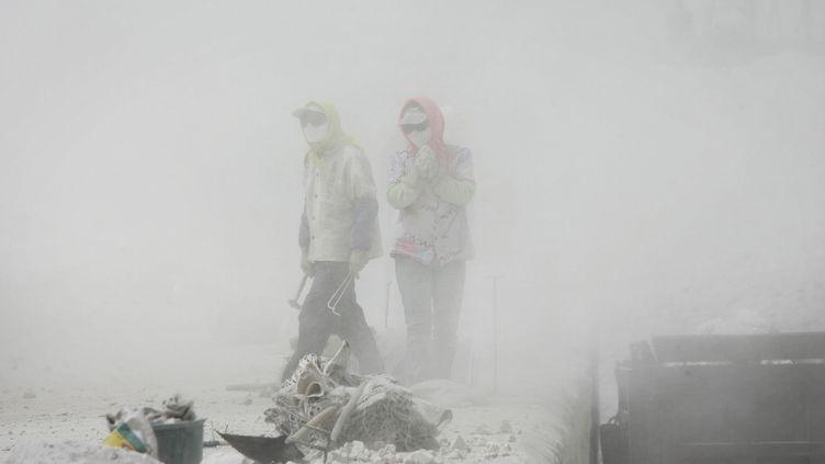 Travail dans la poussière. Les industries grandes consommatrices d'énergie et très polluantes ont dû quitter l'est du pays pour s'installer dans les régions centrales et occidentales. Wuhai, Mongolie-Intérieure, 2006. © Lu Guang / Contact Press Images  (© Lu Guang / Contact Press Images)