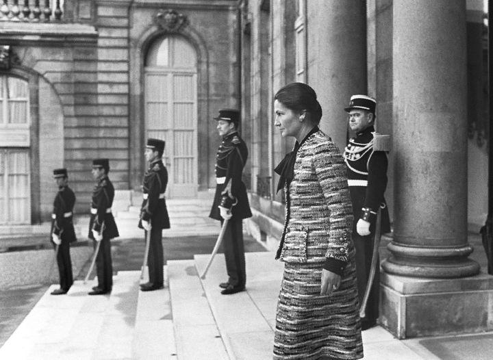 Après l'adoption de la loi légalisant l'avortement, Simone Veil quitte le palais de l'Elysée, le 29 novembre 1974, à l'issue d'un entretien avec Valéry Giscard d'Estaing. (AFP)