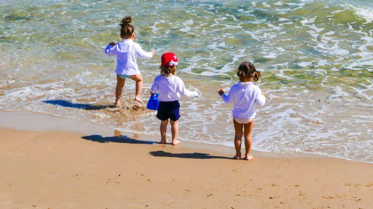 Des enfants jouent en bord de mer (photo d'illustration). (MAXPPP)