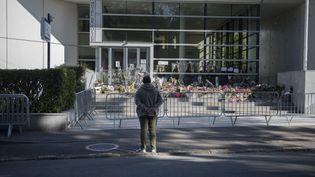 Un passant se recueille devant le commissariat de Rambouillet (Yvelines), le 26 avril 2021, après l'attaque ayant visé une fonctionnaire de police. (MAGALI COHEN / HANS LUCAS / AFP)