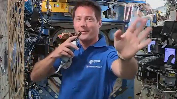 L'astronauteThomas Pesquet, le 30 avril 2021 dans la station spatiale internationale. Chaque samedi il répond aux questions des enfants, parle desa nouvelle mission Alpha dans l'ISS, mais aussi de sujets très pragmatiques, comme la douche par exemple. (Capture d'écran) (AFP / EUROPEAN SPACE AGENCY)