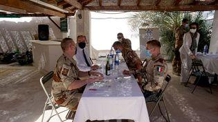 Le Premier ministre Jean Castex et la ministre des Armées Florence Parly lors d'une rencontre avec les soldats français de Faya-Largeau (Tchad). (JEREMY MAROT / AFP)