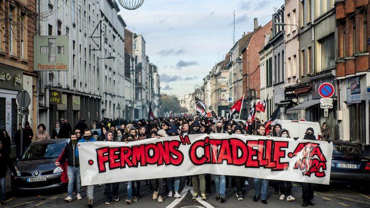 Manifestation contre l'ouverture du bar La Citadelle, à Lille, le 19 novembre 2016. (JULIEN PITINOME / NURPHOTO / AFP)