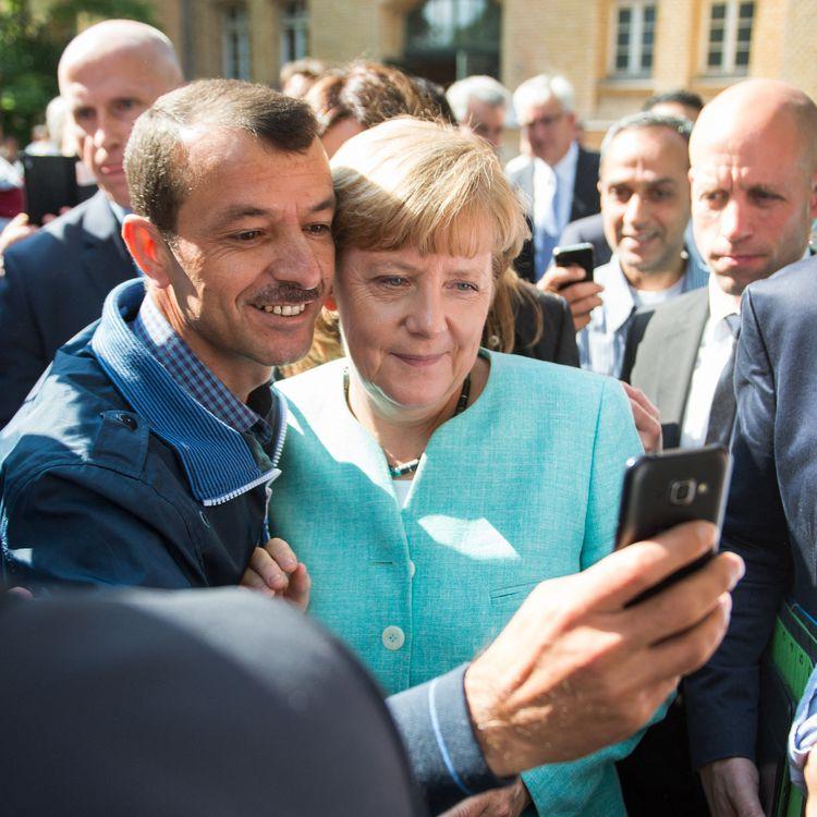 La chancelière allemande Angela Merkelpose avec des réfugiés,lors d'une réception dans un centre pour demandeurs d'asile, le 10 septembre 2015 à Berlin. (BERND VON JUTRCZENKA / DPA / AFP)