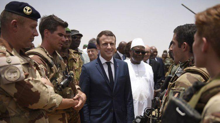 Le président français, Emmanuel Macron, en compagnie de son homologue malien, Ibrahim Boubakar Keita, en tournée auprès des militaires français de l'opération antiterroriste Barkhane à Gao, dans le nord du Mali, le 19 mai 2017. (CHRISTOPHE PETIT TESSON/POOL/AFP)