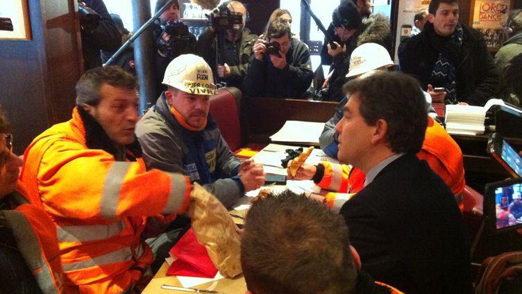 Arnaud Montebourg,ministre du Redressement productif, a rendu visite aux salariés d'ArcelorMittal Florange,ce vendredi 30 novembre 2012, à Paris. (AFP)