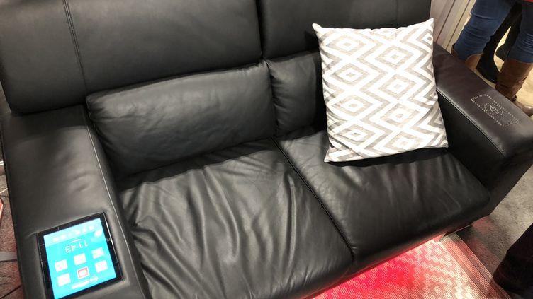 Un canapé connecté : étape ultime du confort moderne ? (JC/RF)