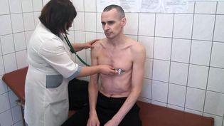 Les autorités russes ont diffusé, le29 septembre 2018, une photo du cinéaste ukrainien Oleg Stentov qui purgeune peine de vingt ans de détention en Russie. (HO / RUSSIAN FEDERAL PENITENTIARY SER / AFP)