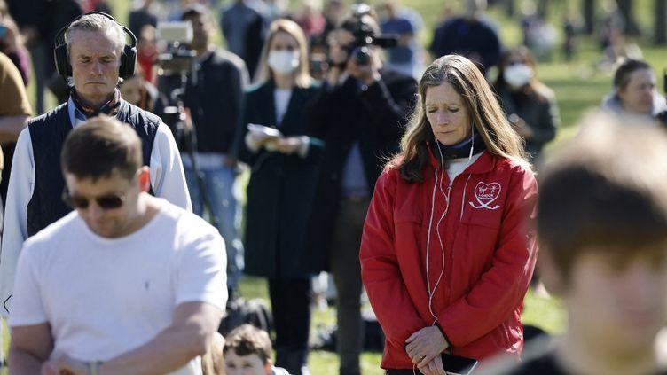 Le public observe une minute de silence, à Windsor, le 17 avril 2021. (TOLGA AKMEN / AFP)