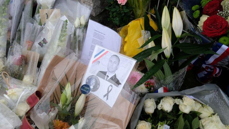Des fleurs déposées en hommage à Arnaud Beltramedéposées devant la gendarmerie de Carcasonne (Aude), dimanche 25 mars 2018. (ERIC CABANIS / AFP)