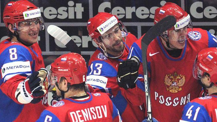 Alexander Ovechki, Pavel Datsyuk et Yevgeni Malkin félicitent leurs coéquipiers