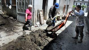 Les opérations de nettoyage se poursuivaient, mardi 25 juin 2013, à Fos (Haute-Garonne). ( MAXPPP)
