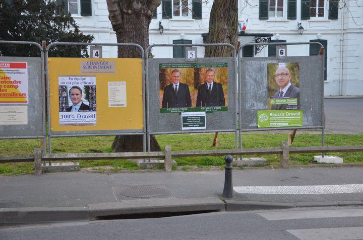 Les panneaux électoraux à Draveil (Essonne), le 11 mars 2014. (THOMAS BAIETTO / FRANCETV INFO)