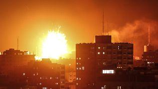 L'armée israélienne a bombardé le bâtiment abritant Al-Aqsa TV, la télévision du Hamas, le 12 novembre 2018 dans la bande de Gaza. (MAHMUD HAMS / AFP)
