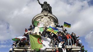 Les manifestants se sont rassemblés place de la République à Paris, dimanche 10 mars, pour dire non à une nouvelle candidature d'Abdelaziz Bouteflika. (BERTRAND GUAY / AFP)