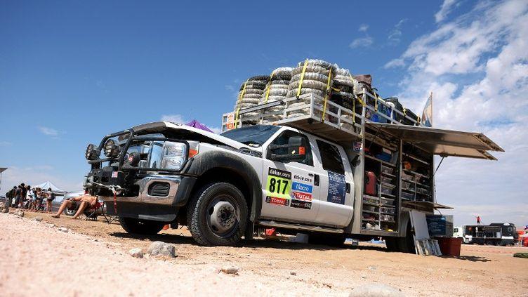 Un véhicule d'assistance est stationné en marge de la cinquième étape du Dakar 2013, le 9 janvier 2013. Un véhicule de ce genre est impliqué dans un accident mortel, en marge de la compétition. (FRANCK FIFE / AFP)