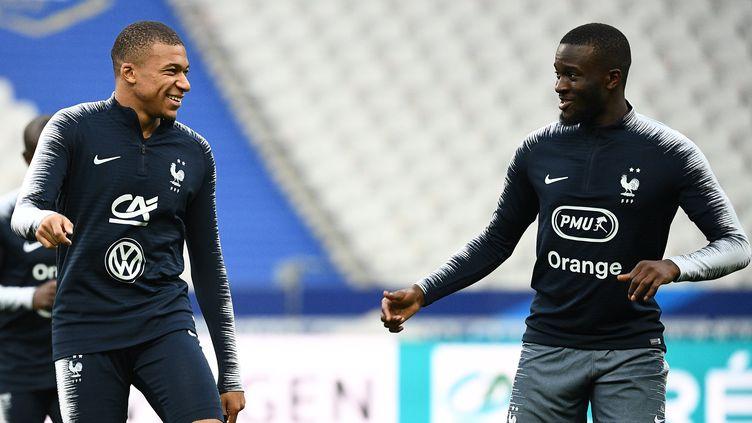 Tanguy Ndombele (à droite), aux côtés de Kylian Mbappé (FRANCK FIFE / AFP)