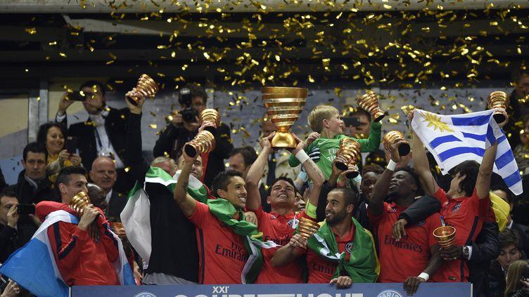 Thiago Silva (au centre), le capitaine du PSG, soulève la Coupe de la Ligue, remportée facilement face à Bastia (4-0). (MARTIN BUREAU / AFP)