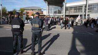 Des policiers devant un lycée du Val-de-Marne (photo d'illustration). (MIGUEL MEDINA / AFP)