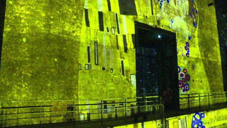 Les oeuvres de Gustave Klimt projetées sur les murs de béton de l'ancienne base sous-marine de Bordeaux (France 3 Aquitaine)
