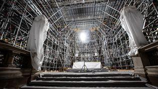 Vue des échafaudages installés sous la voûte de la cathédrale Notre-Dame de Paris, le 15 avril 2021. (IAN LANGSDON / POOL)