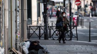 Les sans-abri vont être logés dans des chambres d'hôtels individuelles la durée du confinement lié au coronavirus (illustration, Paris, le 17 mars 2020). (MARTIN BUREAU / AFP)