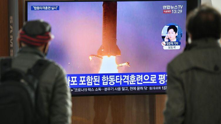 Les tirs nord-coréens retransmis à la télévision sud-coréenne, le 9 mars 2020, à Séoul. (JUNG YEON-JE / AFP)