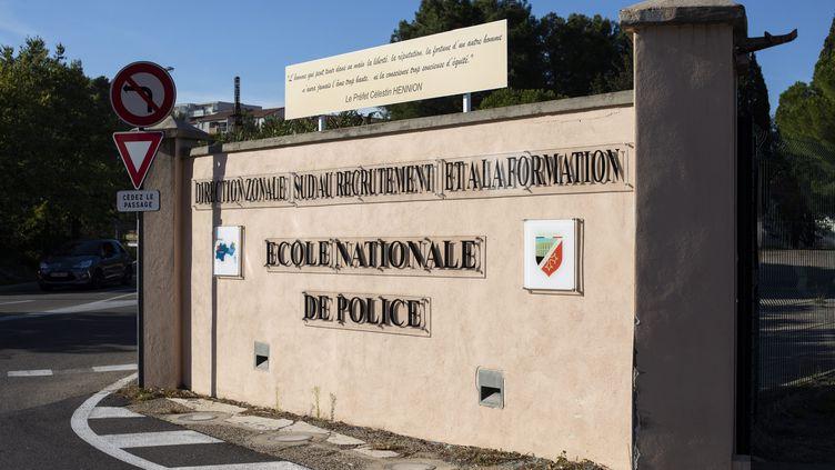L'entrée de l'école nationale de police de Nîmes. Photo d'illustration. (NICOLAS PARENT / MAXPPP)