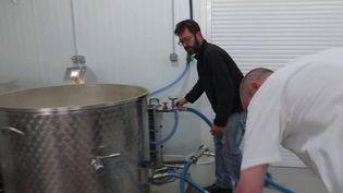 Guillaume Capelle, producteur de cidre enNormandie, est aussi un brasseur de bière. Avec les confinements successifs, la vente de ses produits à la ferme asubiun véritable coup d'arrêt. (CAPTURE ECRAN FRANCE 2)