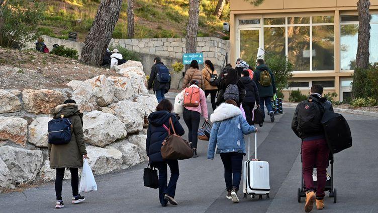 Des expatriés français rapatriés de Chine quittent le centre de Carry-le-Rouet (Bouches-du-Rhône),le 14 février 2020. (HECTOR RETAMAL / AFP)