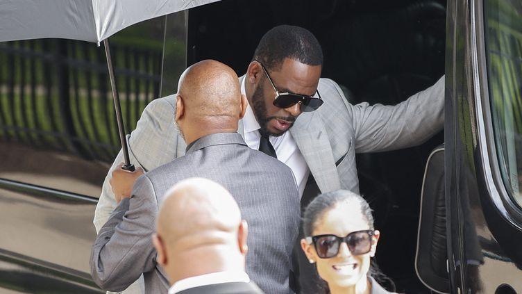 Le chanteur R.Kelly lors de son arrivée au tribunal de Chicago (Etats-Unis), le 6 juin 2019. (KAMIL KRZACZYNSKI / AFP)