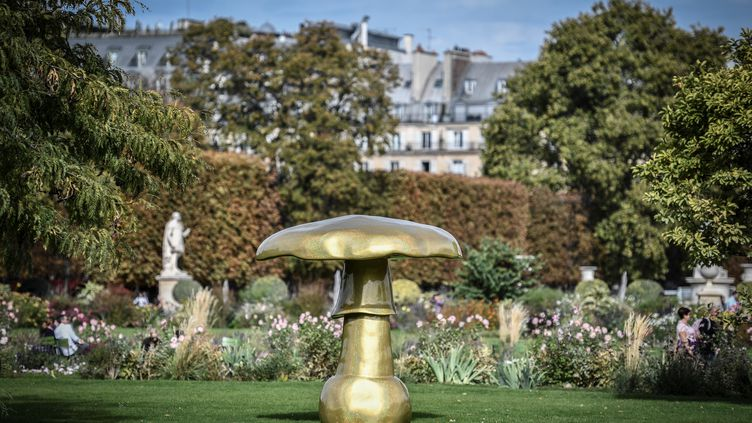 """La sculpture 'Mushroom Autowave Rich-Gold Petzold Silber F14, 2008' de l'artiste suisse Sylvie Fleury dans le Jardin des Tuileries à Paris, dans le cadre de l'événement """"FIAC Hors les Murs"""", le 14 octobre 2019 (STEPHANE DE SAKUTIN / AFP)"""