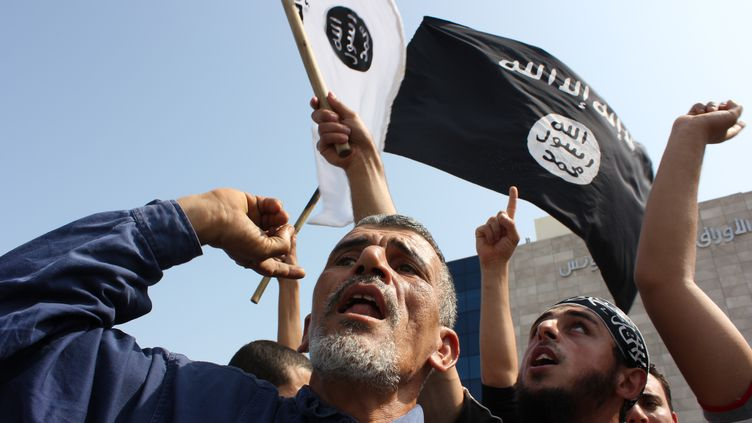 Des manifestants devant l'ambassade américaine à Tunis, le 12 septembre 2012. La majorité sont des salafistes. (CITIZENSIDE.COM / AFP)