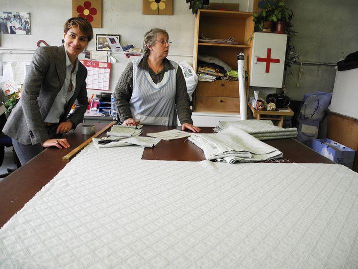 Joy Sorman vec Ghislaine, chef d'atelier  (L.Houot / Culturebox)