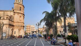 La place centrale de la ville de Floridia, en Sicile, où la température a atteint le record de 48,8 degrésle 11 août 2021. (BRUCE DE GALZAIN / RADIO FRANCE)