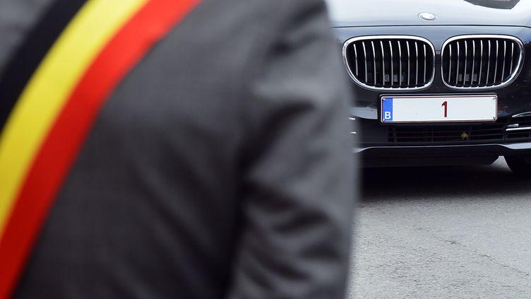 """La plaque d'immatriculation de la voiture du roi Philippe de Belgique, ici le 2 octobre 2013, à Namur (Belgique),ne comporte que le chiffre """"1"""". (BENOIT DOPPAGNE / BELGA MAG / AFP)"""