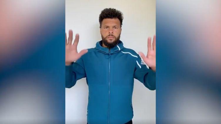 """Jo-Wilfried Tsonga dans une vidéo dénonçant le racisme, après la mort de George Floyd : """"Rackets down, Hands up"""". (CAPTURE D'ECRAN INSTAGRAM)"""