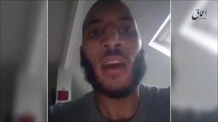 Une capture d'écran de la vidéo filmée par Larossi Abballa au domicile du couple de policiers qu'il a tué à Magnanville (Yvelines), le 13 juin 2016. Ces images ont été diffusées par l'agence de propagande de l'Etat islamique, Aamaq. (AAMAQ NEWS AGENCY / AFP)