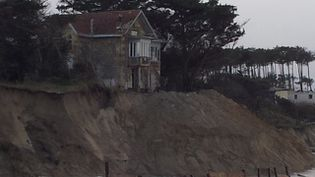 En Gironde, les plages de Soulac ont été les plus touchées. Elles ont été littéralement rabotées par les vagues. Cette maison, sur le front de mer, menace désormais de s'effondrer. (FRANCE 3)