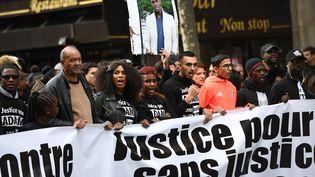"""Assa Traoré (3e en partant de la gauche), lors de la marche organisée à Paris le 5 novembre 2016, pour réclamer """"justice et vérité"""" après la mort d'Adama Traoré. (CHRISTOPHE ARCHAMBAULT / AFP)"""
