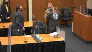 Derek Chauvin est menotté après l'annonce de sa culpabilité dans le procèspour le meurtre de George Floyd, le 20 avril 2021 à Minneapolis (Etats-Unis). (COURT TV / AFP)