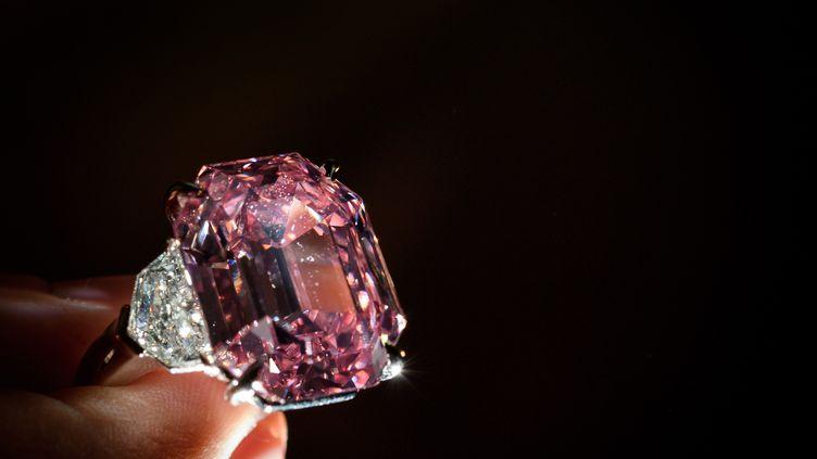 Un spectaculaire diamant rose de 18,96 carats a été adjugé, le 23 novembre 2018, plus de 50 millions de francs suisses. (Fabrice COFFRINI / AFP)