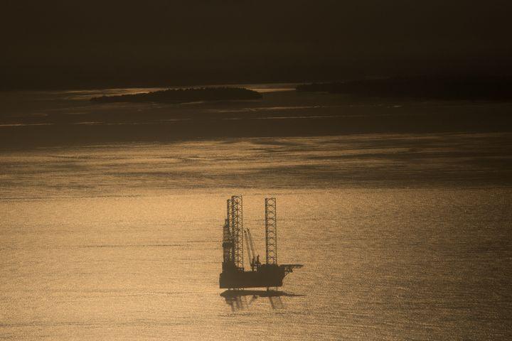 Plateforme pétrolière près de Port-Gentil au lever du soleil le 13 janvier 2017. (JUSTIN TALLIS / AFP)
