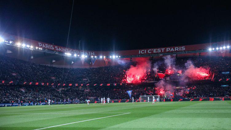 Les supporters du Paris-Saint-Germain utilisent des fumigènes lors de la réception de l'Olympique de Marseille, au Parc des Princes à Paris, le 25 février 2018. (AURELIEN MORISSARD / MAXPPP)