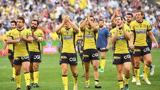 Les Clermontois célèbrent leur qualification contre le Racing 92 pour la finale du Top 14 de rugby, le 27 mai 2017 au stade Vélodrome à Marseille. (BORIS HORVAT / AFP)