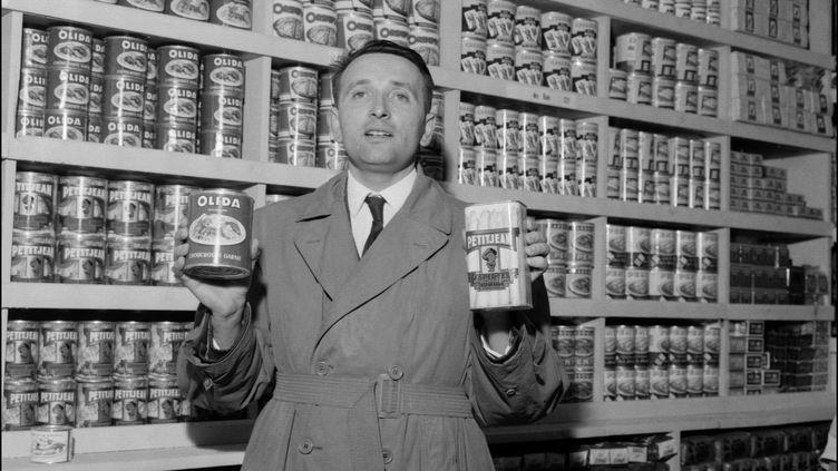 Edouard Leclerc dans les années 1960, dans un de ses magasins parisiens. (AFP)