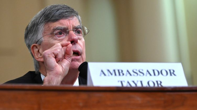 William Taylor, plus haut diplomate de l'ambassade américaine à Kiev (Ukraine),prend la parole dans le cadre de l'enquête en destitution contre Donald Trump, le 13 novembre 2019 à Washington. (ANDREW CABALLERO-REYNOLDS / AFP)