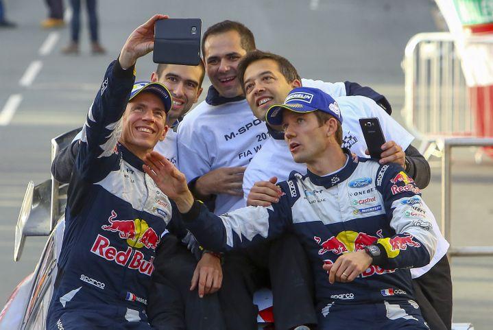 29 octobre 2017, pays de Galles. Julien Ingrassia et Sébastien Ogier, sacrés en 2017 avec M-Sport (Ford Fiesta WRC), fêtent leur titre mondial avec leur team. (GEOFF CADDICK / AFP)